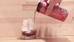 缶ジュースをコップに注ぐ①