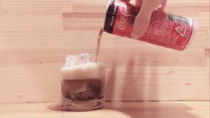 缶ジュースをコップに注ぐ②
