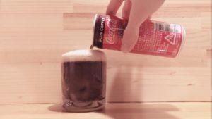 缶ジュースをコップに注ぐ③