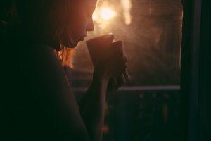 女性がコーヒーを飲む