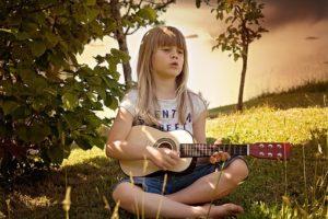 ギターを弾く少女