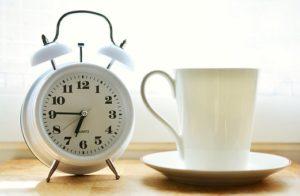 時計とカップ