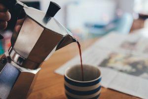 コップにコーヒーを注ぐ