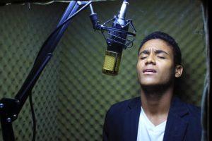 歌を歌う男性③