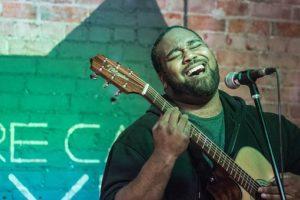 ギターを弾き語りする男性