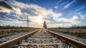 道を歩いている女性