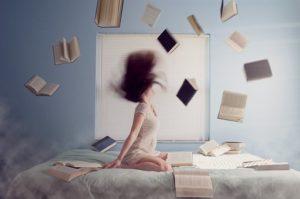 沢山の本を読む女性