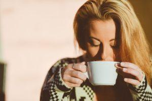 コーヒーを飲む女性②