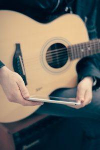 ギターとスマートフォン