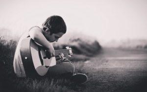 ギターを練習する男性