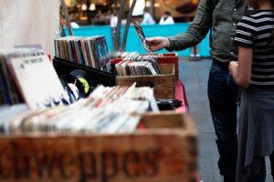 レコードを選ぶ人