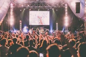 音楽ライブを楽しむ人々
