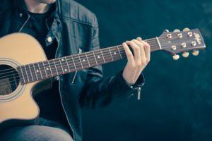 ギターを弾く男性②