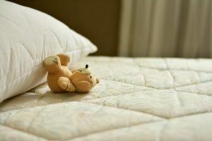 ベッドとぬいぐるみ