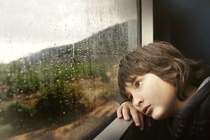窓の外を眺める子ども