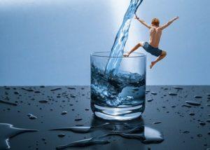 水遊びする男性