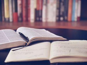 広げられた二冊の本