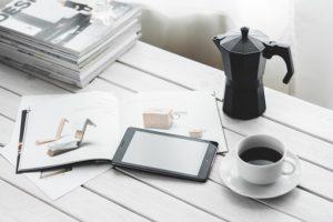 本とコーヒーとスマートフォン