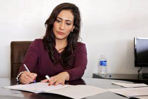 勉強中の女性