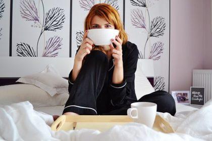 朝食のグラノーラを食べる女性